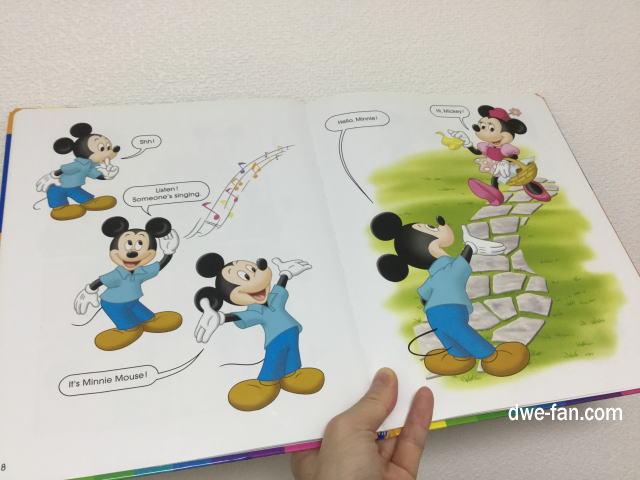 「ディズニー英語システム(DWE)」DWEブックのページを開いている様子、ミッキーとミニーのページ