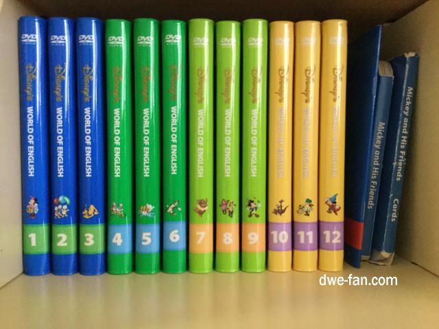 「ディズニー英語システム(DWE)」ステップバイステップDVD24枚組を棚に並べている