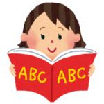 英語の本を読む小学生の女の子