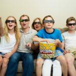 家族で映画DVDを鑑賞している様子