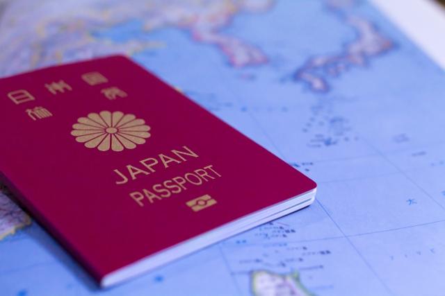 海外留学のイメージ(パスポートと世界地図)