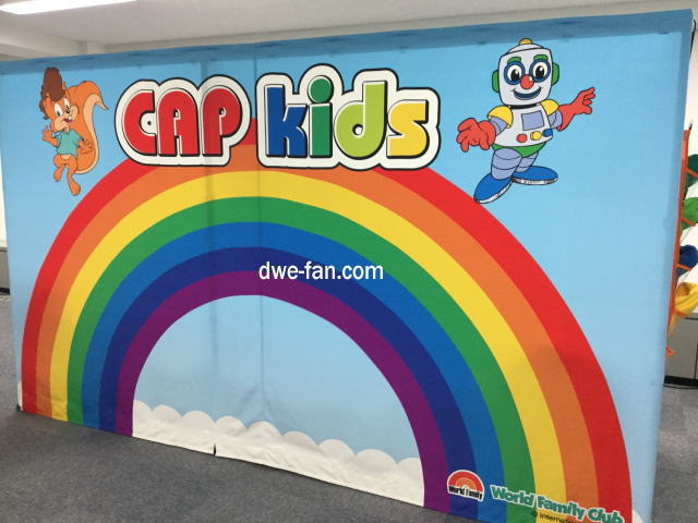 ワールドファミリー クラブイベント「CAP KIDS」の看板